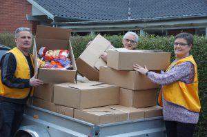 Præsident Anne Marie Bornholdt, Max hvarregaard og Karl-Erik Jørgensen fra julepakkeudvalget fra hos Lions i Ry er ved at pakke traileren med pakker som skal leveres ud til ansøgerne.